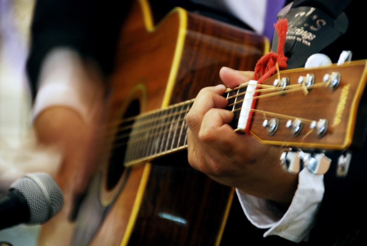 czy_mozna_samemu_nauczyc_sie_grac_na_gitarze.jpeg